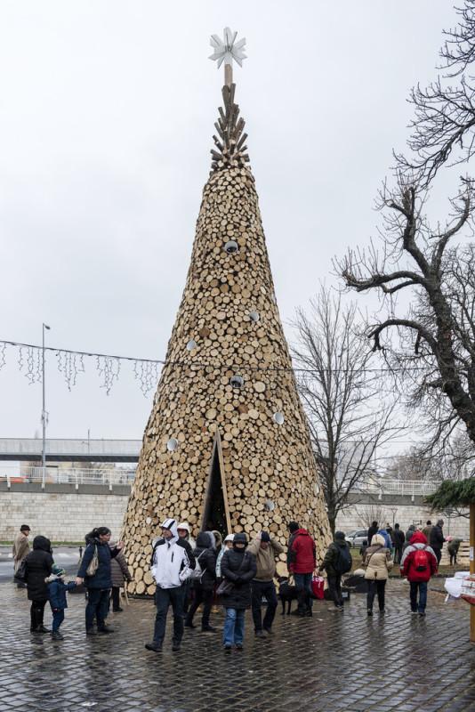 مجسمه نمادین سلام چوب در روز کریسمس